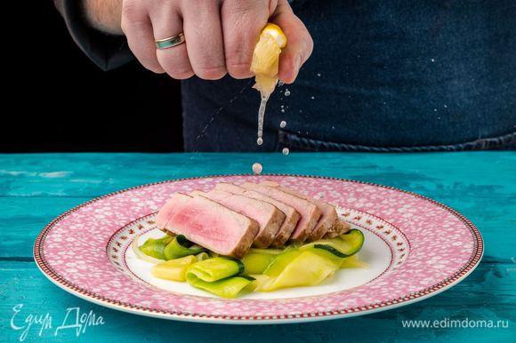 Выкладываем на тарелку жареные цукини с луком, затем тунца, сбрызгиваем лимонным соком, посыпаем солью и смесью перца по вкусу.