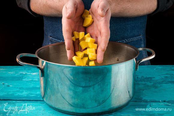 Картофель нарезать кубиками, добавить к луку. Влить необходимое количество воды. Ориентируйтесь по объему кастрюли.