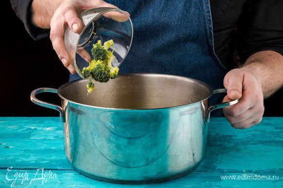 Брокколи промыть и разобрать на соцветия. Когда вода с картофелем вскипит, добавить брокколи. Варить 10 минут.