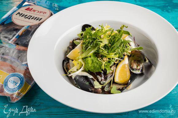 Выкладываем в тарелку мидии, поливаем соусом. Украшаем салатом и кусочком лимона. Аппетитное и легкое в приготовлении блюдо готово!