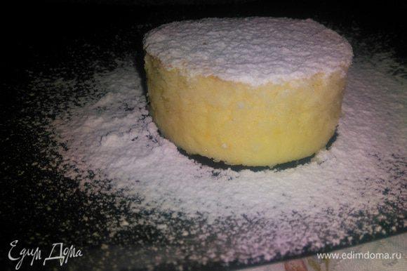 Пирог получается с нежной кремовой структурой снизу и насыщенным кокосовым вкусом.