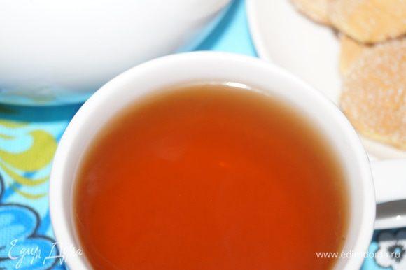 Витаминный чайный напиток с клюквой и шиповником готов. Пить такой чай можно как в горячем, так и холодном виде.