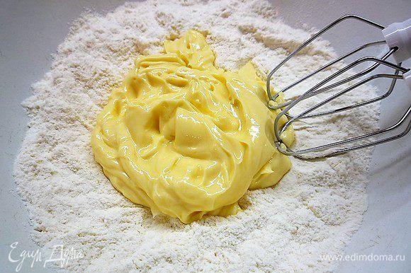 Приготовим тесто для капкейков. В миску просеиваем муку, добавляем разрыхлитель и сахарную пудру. Добавляем размягченное сливочное масло и разведенный в молоке ванильный экстракт.