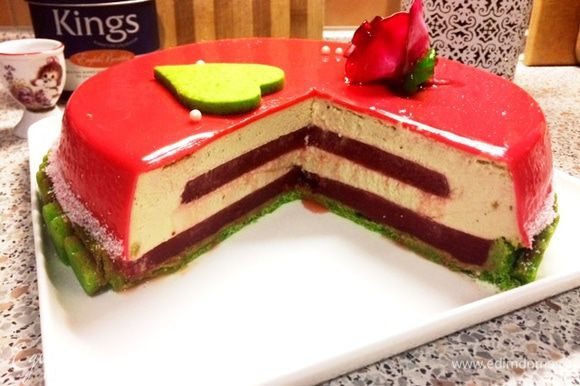 И разрез торта. Конечно, если его разрезать замороженным, то можно получить идеальный разрез для фото. У меня же торт-подарок на 5-летие со дня бракосочетания моего брата, поэтому вот такой разрез. Любите и будьте любимы!