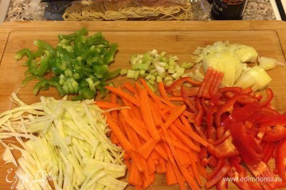 Нарезать овощи. Лапшу (у меня китайская) отварить, как указано на упаковке.