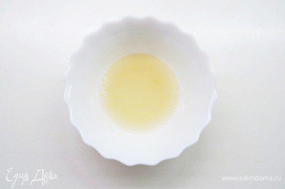 В теплой воде замочить желатин, затем прогреть на небольшом огне до растворения желатина (не кипятить!).