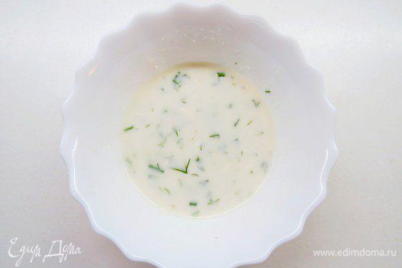 К растворенному желатину добавить несколько ложек сырной массы, тщательно перемешать.