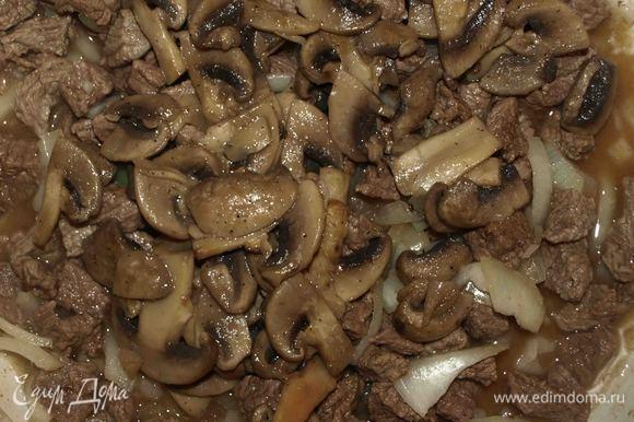 Добавляем лук, нарезанный полукольцами. Готовим 2 — 3 минуты и добавляем грибы.