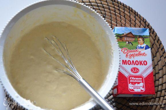 Ввести в тесто взбитые белки и слегка взбитые сливки, перемешать.