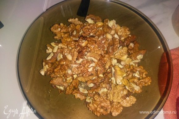 Орехи можно брать любые, у меня грецкий орех. Орехи обжарить на сковороде или в микроволновке. Затем измельчить орех, но не в порошок, пусть останутся крупные кусочки.