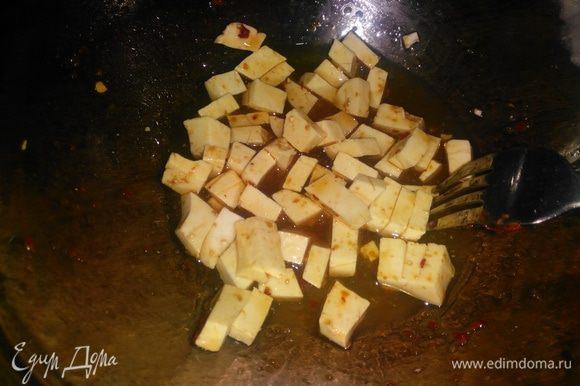 Тофу, сыр или брынзу нарезать кубиком и отправить к овощам на 1 минуту. Попробовать еду и сбалансировать по своему вкусу соль, сахар, кислоту. Проверьте мясо на готовность, проткнув его ножом в самой толстой его части. Если из мяса выходит розовый сок, значит оно готово. Если сок красный, можно прожарить его еще несколько минут, а можно положить на 2 минуты в микроволновку, чтобы мясо на сковороде не пересушить.