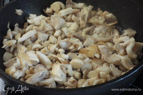 Грибы нарезать и обжарить. Добавить в суп. Сюда же добавить чайную ложку молотых сушеных грибов. У меня всегда стоит баночка с перемолотыми в кофемолке сушеными лесными грибами, которые собственноручно собирает и сушит моя сестра.Довести суп до кипения, убавить нагрев и проварить 5 минут. Добавить зелень, плиту выключить. Супу дать настояться 5 — 10 минут.