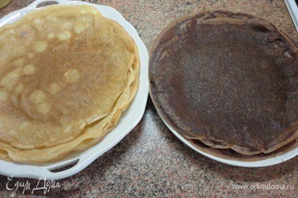 Испечь 6 белых блинов. Затем в оставшееся тесто добавить порошок какао и испечь еще 6 темных блинов.