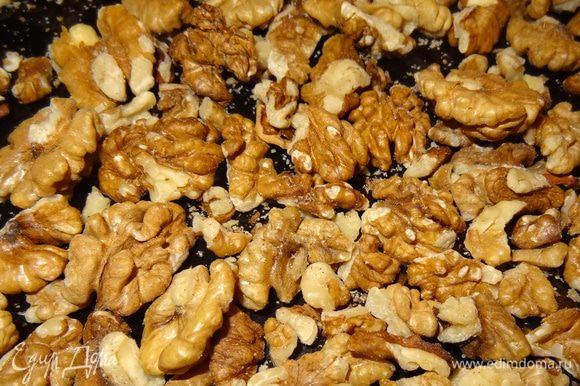 Очищенные орехи подсушить на сухой сковороде, измельчать их не нужно.