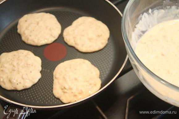 Печь панкейки на хорошо разогретой сухой сковороде.