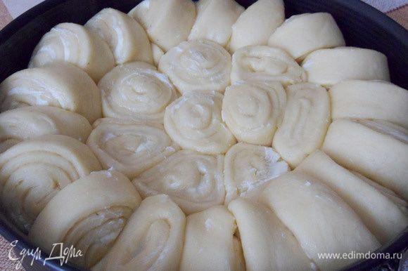 Дать пирогу подняться в теплом месте примерно 30 минут. Выпекать в прогретой до 180°С духовке до румяности (около 30 минут).