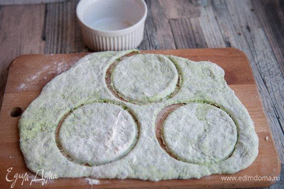 Раскатать тесто в пласт толщиной примерно 5 мм. Рюмкой или стаканом вырезать кружочки.