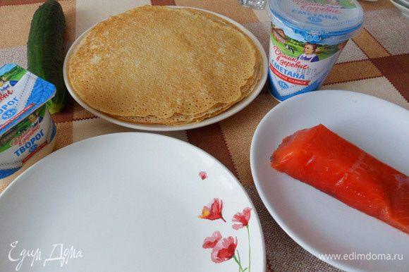 Для приготовления этого блюда мне нужны тонкие пластичные блины. Я их приготовлю по своему рецепту «Блинная запеканка «Десертная»».