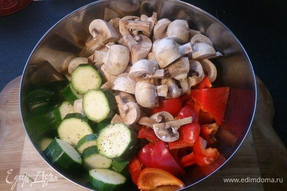 Овощи солим-перчим, збрызгиваем оливковым маслом.