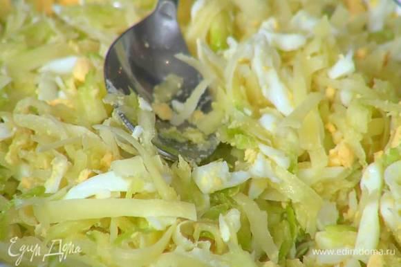Приготовить начинку, перемешав цукини с натертыми яйцами и половиной сыра.