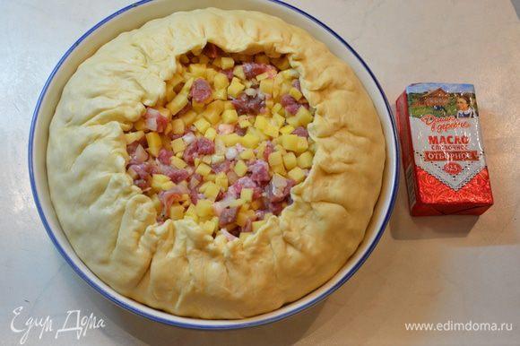 Собрать тесто, слегка защипывая края. Лишнее срезать.