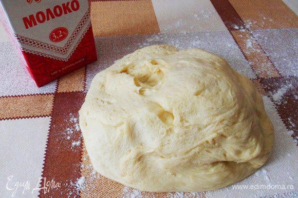 Вот так выглядит готовое тесто. Спасибо, хлебопечка! Подошедшее тесто выложить на стол.