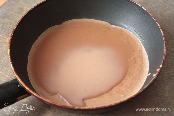 Смажьте разогретую сковороду небольшим количеством сливочного масла, чтобы первый блин не прилип. В дальнейшем смазывать сковороду повторно не нужно, так как в тесте уже есть растительное масло. Поэтому просто набираемся терпения и печем блины.