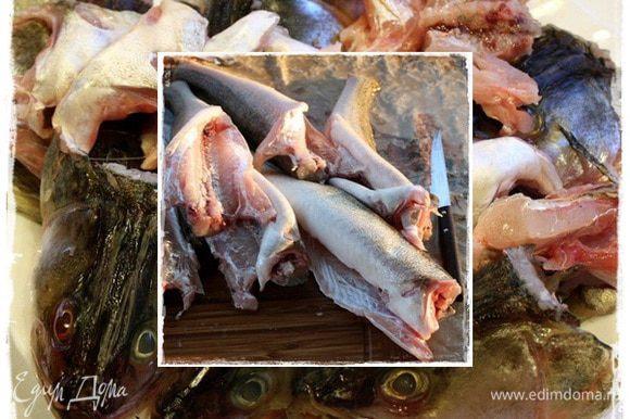 Первое, что делаем, чистим рыбу. А потом удалил все плавники и хвосты отрезал. Кстати, в следующий раз начну именно с того, что обрежу, а то пока чистил, пальцы исколол. Колючая рыбка. Помыть, конечно, надо. Чтобы ничего не мешало. Выпотрошить, не забыв удалить всякие там пленочки и остальное. И снова хорошо промываем рыбок. Рыбки наши жили в экологически чистом, вроде как, пруду, но жабры, я все же решил удалить. Отрезаем головы. И все это — головы, плавники, хвосты сложим в отдельную миску. И отставим до поры. А тушки отдельно.