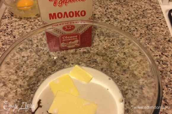 В миске смешать: молоко «Домик в деревне», сахар, масло, мед.