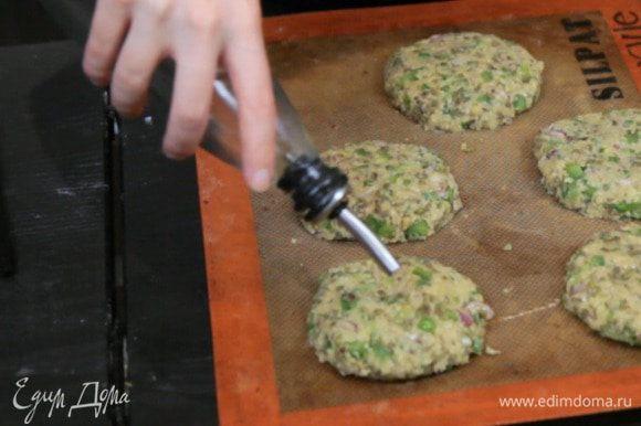 Полить небольшим количеством масла и запекать в духовке 10 минут при температуре 190°С. Также котлетки можно просто обжарить с двух сторон на сковороде.