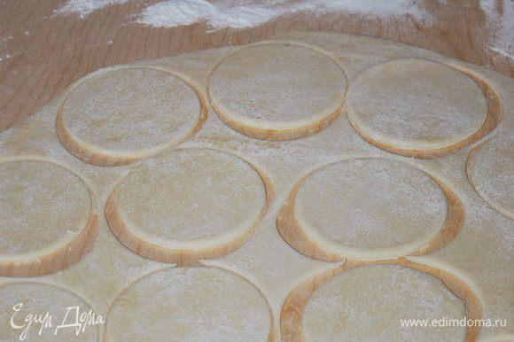 Раскатываем тесто и вырезаем кружки.