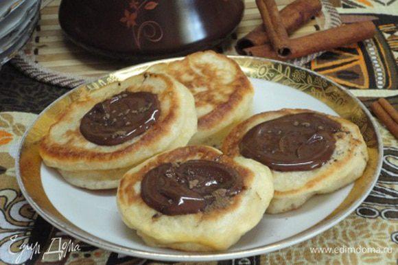 Растопите шоколад на водяной бане и полейте оладушки. На шоколад, по желанию, посыпьте молотую корицу.