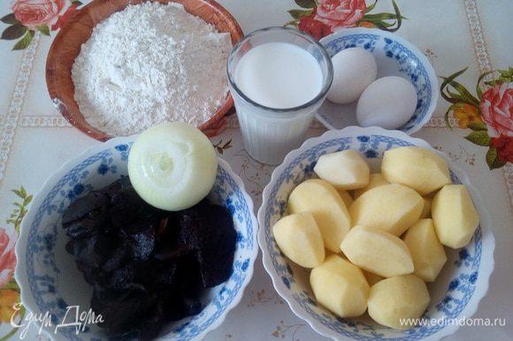Подготавливаем продукты. Очищаем картофель. Кладем в кастрюлю, добавляем воду и соль. Варим до готовности.
