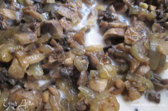 Когда грибы с луком обжарятся, вливаем 4 столовых ложки молока «Домик в деревне» и тушим до выпаривания.