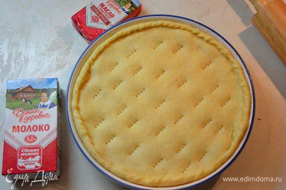 Раскатать последний круг и накрыть им пирог. Защипать края, местами проткнуть пирог вилкой.