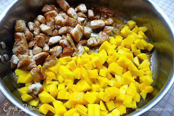 Выкладываем на сковороду мясо индейки и манго, тушим на слабом огне без крышки 3 минуты.