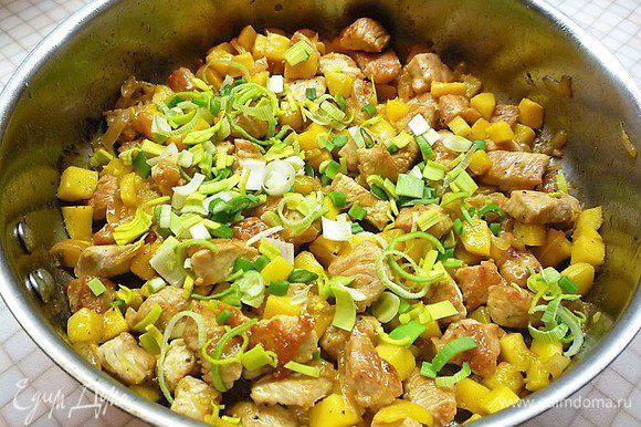 Приправляем медом, посыпаем луком-пореем и зеленым луком.