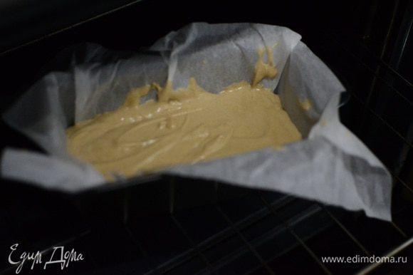 Форму для выпечки застелить пекарской бумагой, вылить тесто в форму. Выпекать кекс при 180°С, примерно 35 — 45 минут. Время выпечки относительное и зависит от вашей духовки. Готовность кекса проверить зубочисткой.