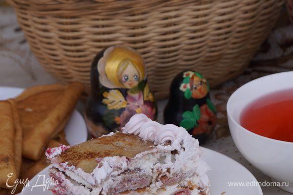 Так как кушали на улице, то к прохладному тортику мы подали горячий клюквенный морс.