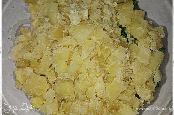 А вот картошку — кубиком. И резать обязательно горячая пока. Чтобы пальцы обжигала. А иначе — неинтересно.