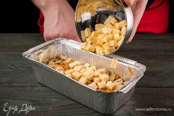 Положить кубики мягкого сыра.
