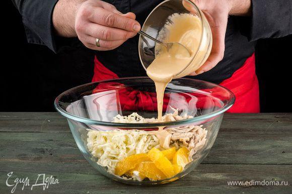 Смешать майонез и соевый соус, специи. Добавьте в салат.
