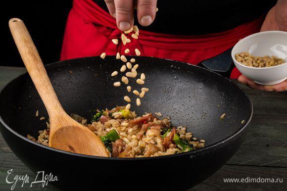 Выложить в сковороду бекон и рис, перемешать, добавить горчицу и кедровые орехи и еще раз все перемешать.