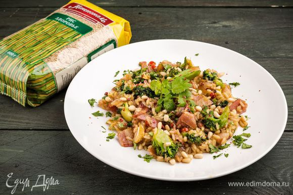 Разложить салат в тарелки, посыпать измельченной кинзой.