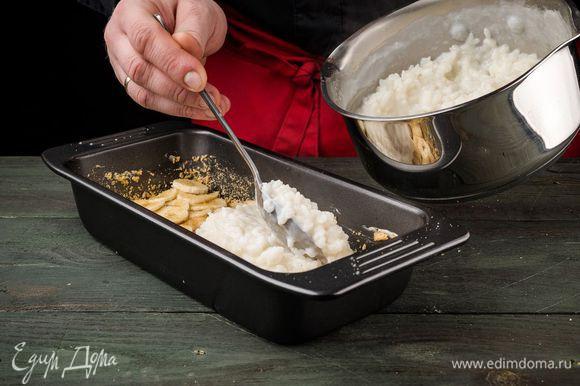 Рисовую кашу выложить на бананы.