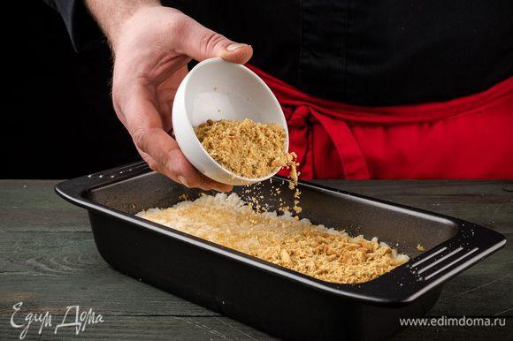 Присыпать рис оставшимся сахаром и крошкой из печенья. Поставить форму на 10 минут в разогретую духовку, затем на 2 — 3 минуты отправить под гриль.