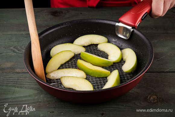 Разогреть в сковороде растительное масло и прогревать яблоки на небольшом огне.