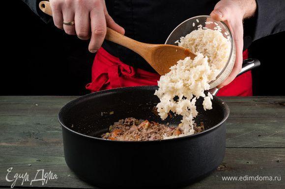 За 3 минуты до готовности переложить рис, все перемешать.