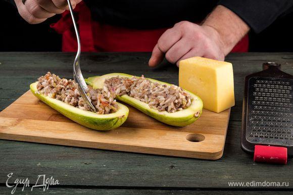 Выкладываем ложкой начинку в лодочки и посыпаем сверху натертым сыром.