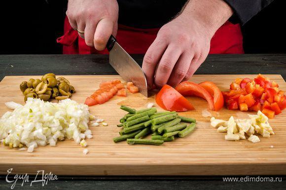 Нарезаем все овощи: перец, помидор, лук, фасоль, чеснок и оливки.